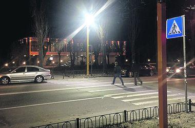 В Киеве появился первый переход с направленным освещением
