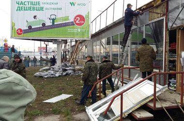 В Киеве демонтируют большой незаконный киоск