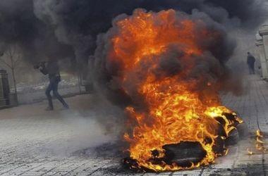 Подробности ЧП в центре Киева: шины подожгли пришедшие под офис протестующие
