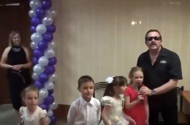 Сеть поразило видео блатного шансона на детском утреннике в России