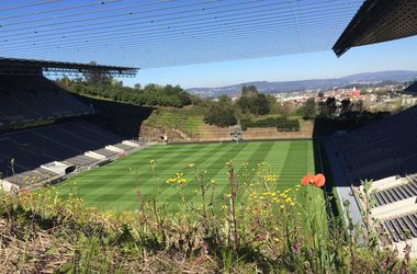 """Вид с холма на стадион """"Браги"""": речку прикрыли решеткой, а поле закрыли табло"""