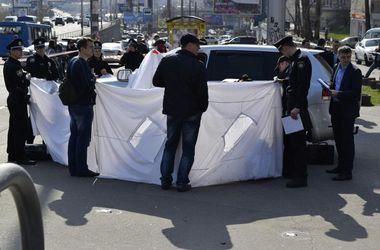 Расследование расстрела мужчины в центре Киева: место убийства оградили пододеяльниками