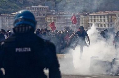 Полиция Неаполя водометами и слезоточивым газом разогнала противников премьера Италии