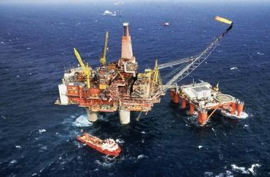 Доходы России от нефти упали вдвое