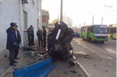 В Харькове водитель разбил Mercedes об столб