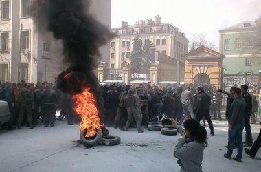 В центре Киева митингующие подожгли шины