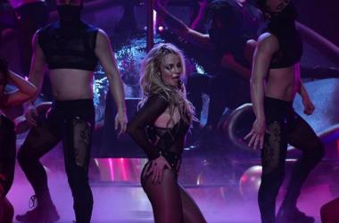 Бритни Спирс в красных трусах устроила соблазнительные танцы