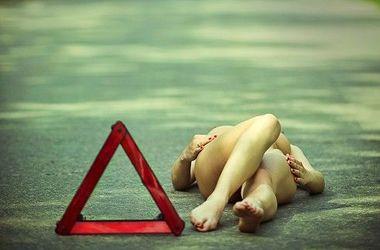 Голая девушка парализовала движение на трассе