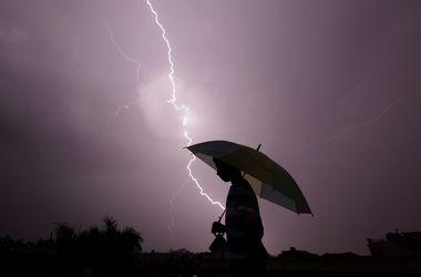 Завтра в Украине ожидаются дожди, грозы и туманы