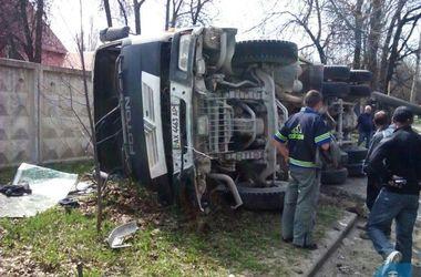В Харькове цементовоз перевернулся и снес столб