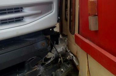 В Киеве грузовик протаранил трамвай