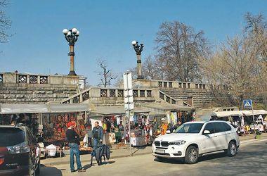 В Киеве с Владимирской выгоняют торговцев сувенирами
