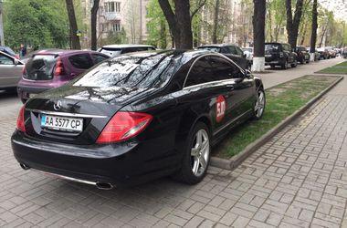 """В центре Киева """"герой парковки"""" припарковался на клумбе"""