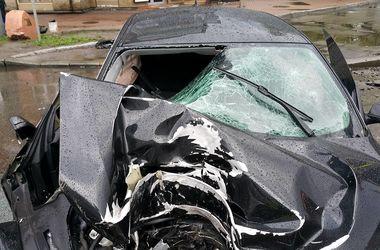"""В Киеве """"БМВ"""" на огромной скорости снес столб, есть пострадавшие"""