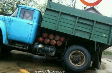В Киеве грузовик провалился в яму на дороге