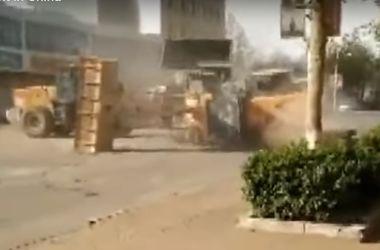 Видеохит: в Китае рабочие устроили битву на бульдозерах