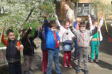 В Киеве малыши посадили в детском саду деревья и кусты