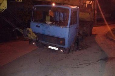 В Харькове автокран провалился под асфальт