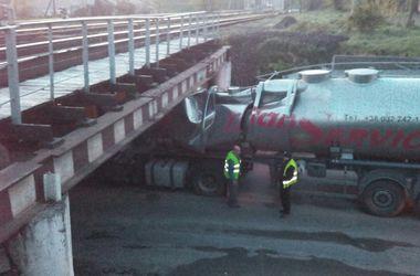 Во Львове водитель фуры с цистерной въехал под мост и застрял