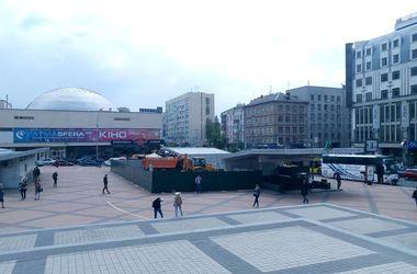 Строительный скандал: в Киеве над метро начали возводить ресторан