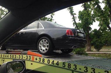 """В Украине эвакуатор увез на штрафплощадку элитный Rolls-Royce с """"блатными"""" номерами"""