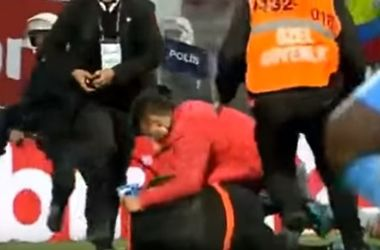 В Турции болельщик выбежал на поле и избил судью