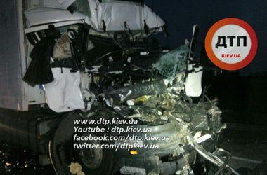 Под Киевом водитель грузовика уснул за рулем и устроил смертельную аварию