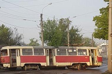 В Харькове трамвай стал поперек дороги в врезался в столб