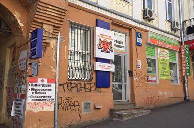 Центральную улицу Киева изуродовали рекламой
