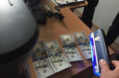 В Киеве чиновника поймали на валютной взятке
