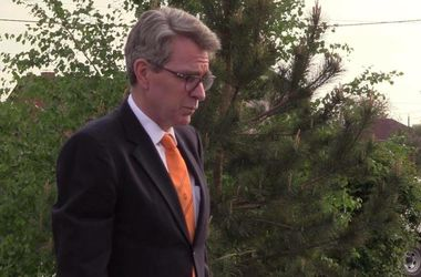 """Посол США ходил по Мариуполю в галстуке """"Шахтера"""""""