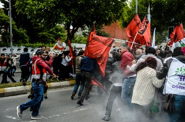 В Стамбуле полиция водометами и слезоточивым газом разгонала первомайскую демонстрацию