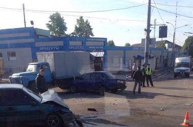В Харькове столкнулись две легковушки и хлебовоз