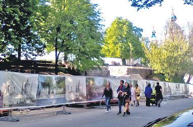 Ремонт на миллионы: в Киеве возле Десятинной церкви чинят забор и лестницу