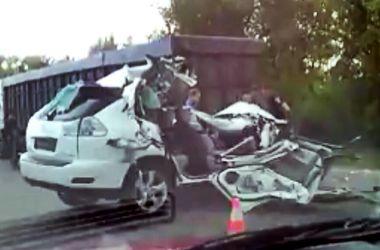 На Одесской трассе водитель на Lexus влетел в фуру