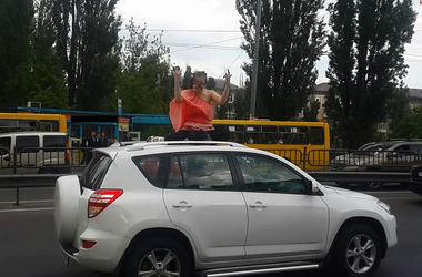 В Киеве беременная женщина каталась на крыше авто и бросалась под колеса