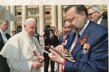 Папа Римский надел георгиевскую ленточку