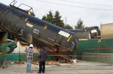 В Мексике сошел с рельсов грузовой состав, разрушены четыре дома и автомойка