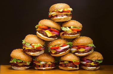 Ученые выяснили, почему люди едят вредную пищу