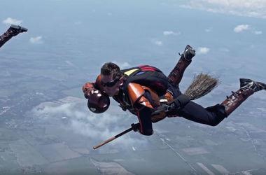 Видеохит: парашютисты в воздухе сыграли в бейсбол на метлах из Гарри Поттера (видео)