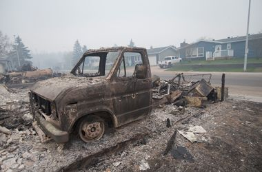 Лесной пожар выжег город в Канаде