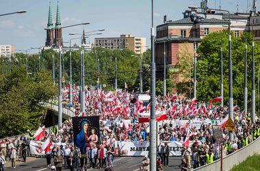 В Варшаве десятки тысяч человек вышли на антиправительственный марш