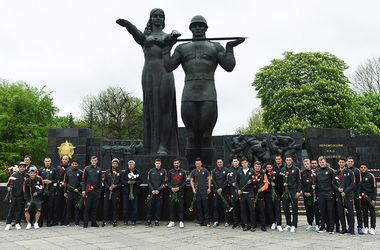 """Футболисты """"Шахтера"""" во Львове почтили память жертв Второй мировой войны"""