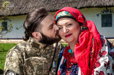 Удивительная фотосессия украинских бойцов, переживших ранения, с их матерями (фото)