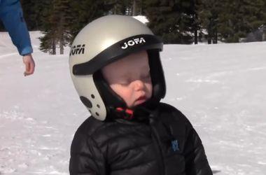 Видеохит: малыш-лыжник заснул стоя прямо на горе (видео)