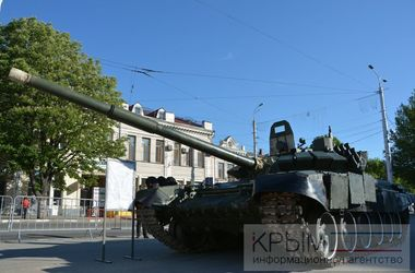 "В центр Симферополя стянули танки и ""Грады"""