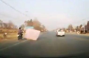 Видеохит: летящий матрас сбил мотоциклиста на дороге и спас его (видео)