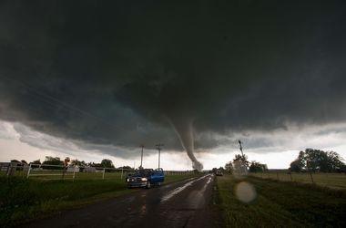 """Разрушенные дома и поваленные деревья: штат США """"накрыли"""" торнадо"""