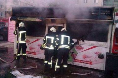 В Киеве на рассвете загорелся торговый павильон