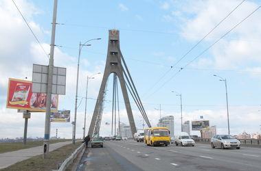 В Киеве на Московском мосту произошло массовое ДТП, по проезжей части раскатилась капуста